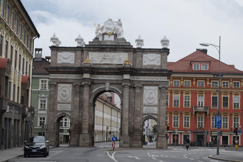 Innsbruck di prima mattina con vista sull'arco