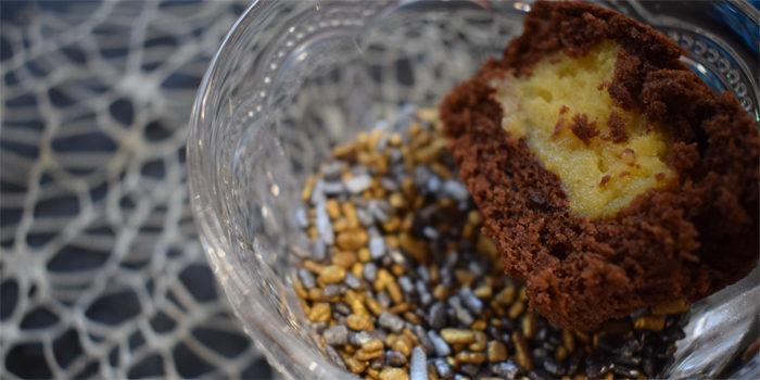 Muffin al cioccolato tagliato con cuore di crema allo spumante