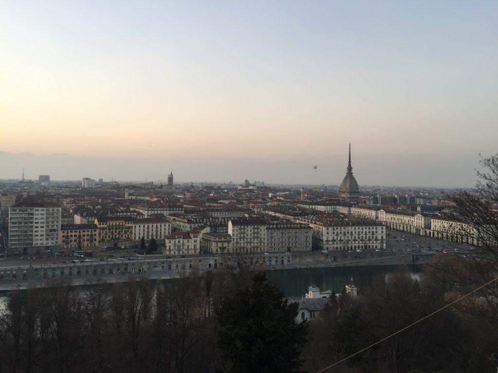 Torino vista dall'alto con la mole al tramonto