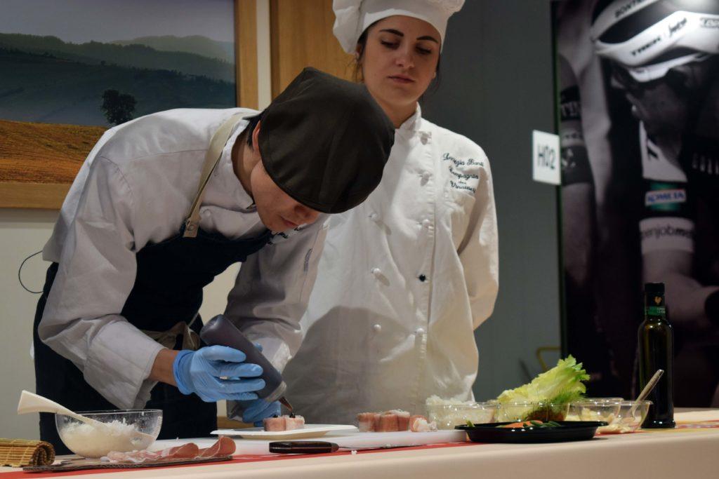 Chef Yuma Hirai che prepara sushi maki con Prosciutto Toscano DOP