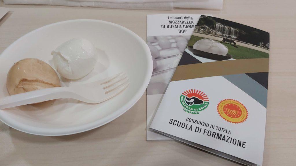 mozzarella di bufala campana e affumicata al festival del giornalismo alimentare di torino